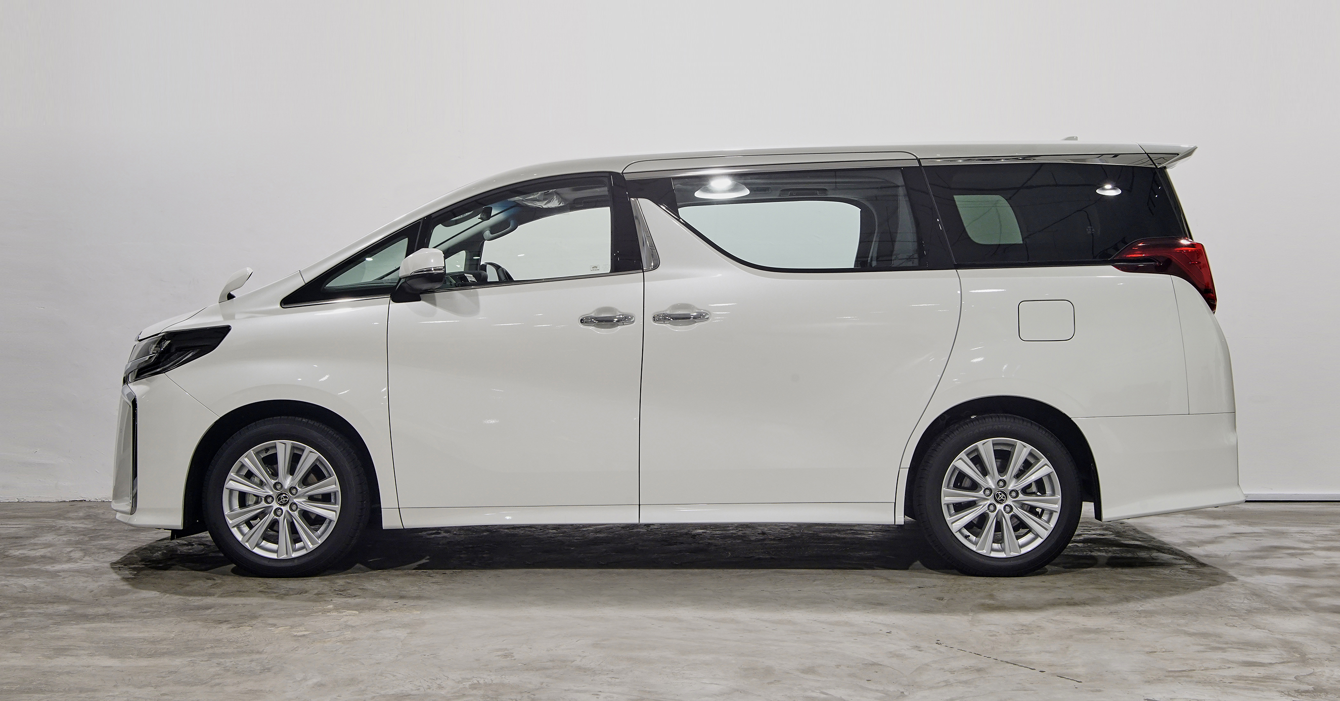 The door to unprecedented, calmness-filled cruising has opened. The Alphard offers dignified style charged with personality, and a spacious interior infused with quality and glamour. Every aspect of the Alphard has been crafted to provide pride and delight.